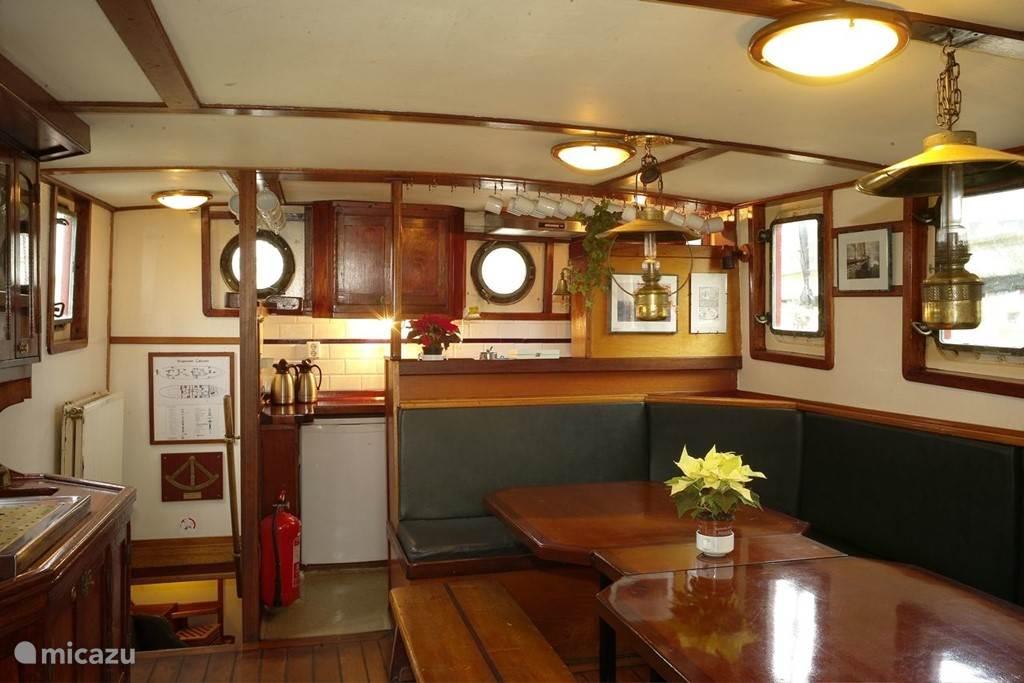 Salon met open keuken op het dek van de Catherina