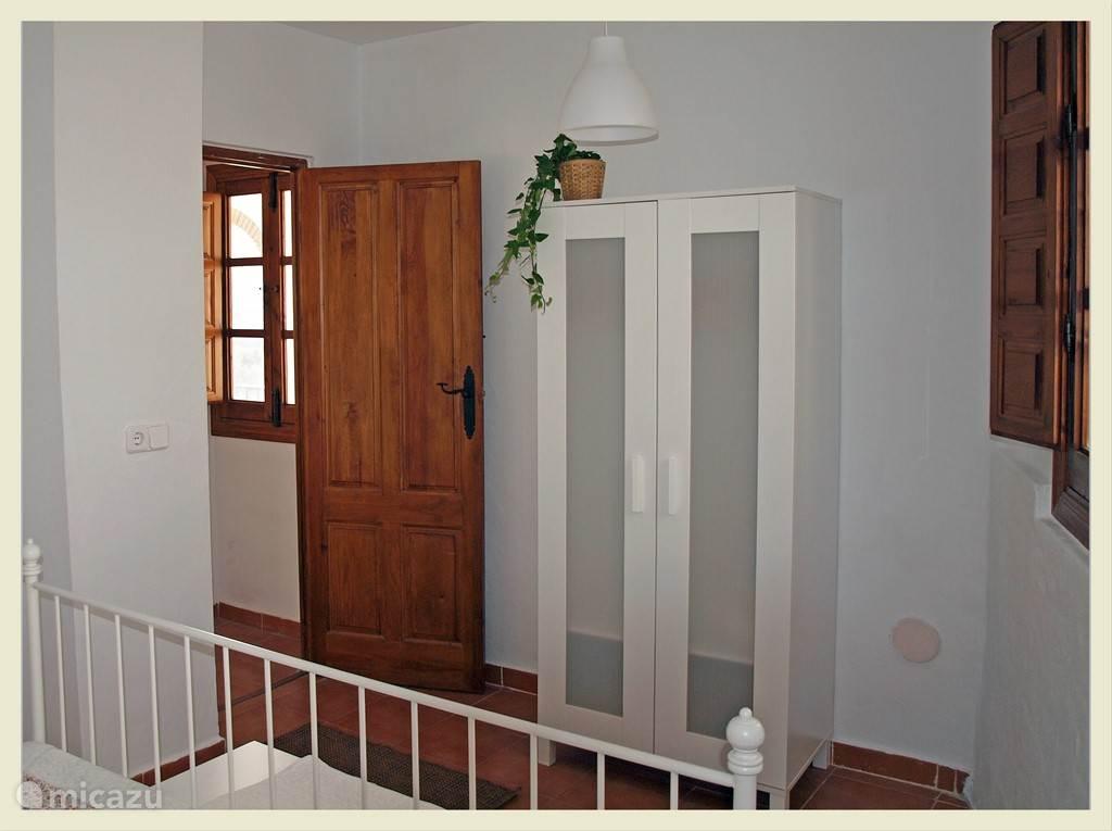 Slaapkamer 2 met kast.