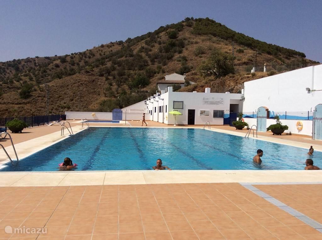 In de zomermaanden kunt u zwemmen in het gemeentelijke zwembad. Dit is op 5 minuten lopen van het appartement.