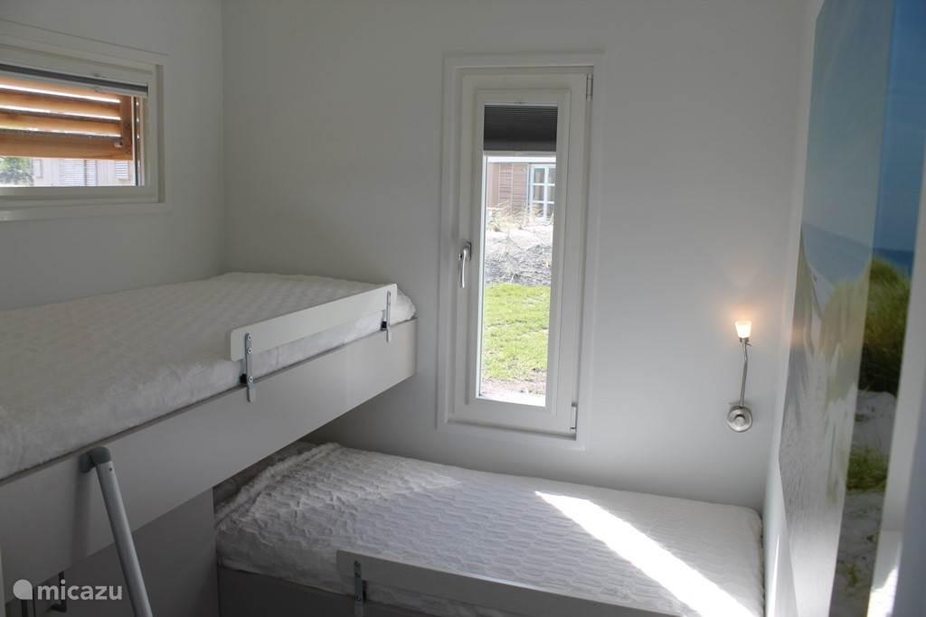 Slaapkamer 3 heeft een bed-over-bed indeling van eveneens 2 bedden van 80 x 200 en onderkast