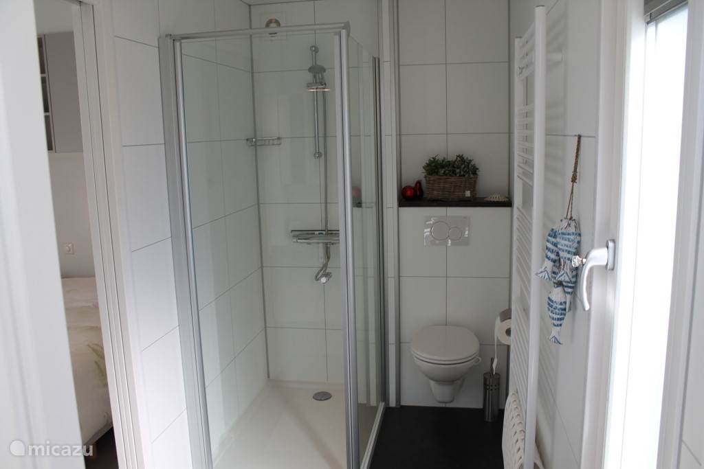 De ouderslaapkamer is d.m.v. een schuifdeur verbonden met de badkamer met douche, toilet en wastafel. Tevens is er nog een extra gastentoilet bij de gastenslaapkamers.