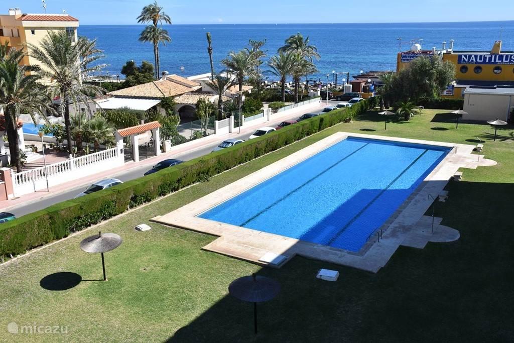 Mooi uitzicht op de zee en zwembad.