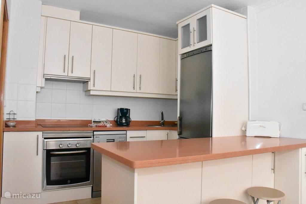 Mooi ingerichte keuken met alles wat u nodig hebt.