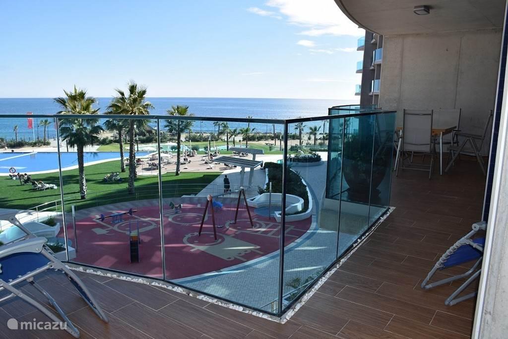 Vanop het terras hebt u zicht op de zee en zwembaden, waarvan één verwarmt.