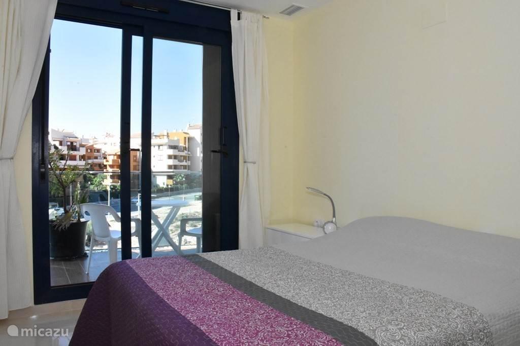 Slaapkamer met klein terras