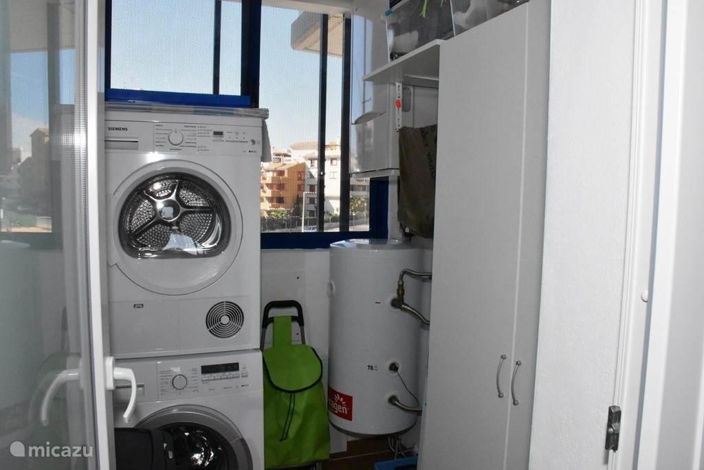 Wasplaats, met wasmachine en droger