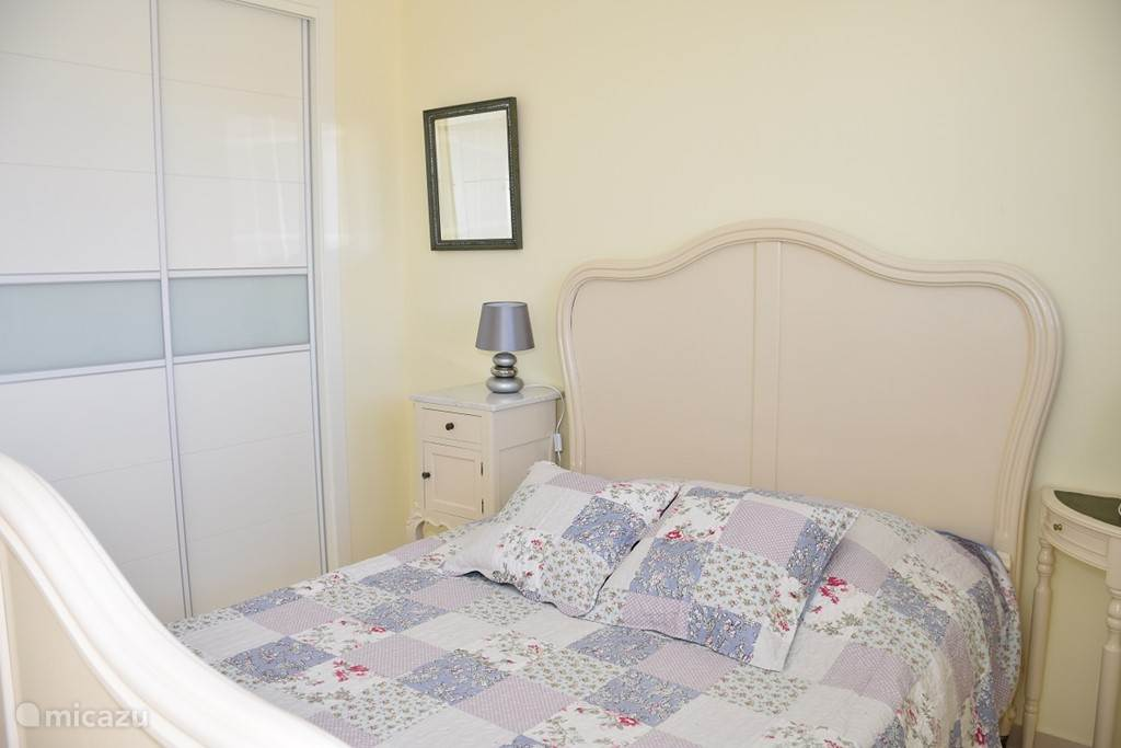 Slaapkamer met bed voor twee personen