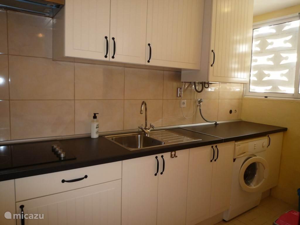 In de keuken staat wasmachine.