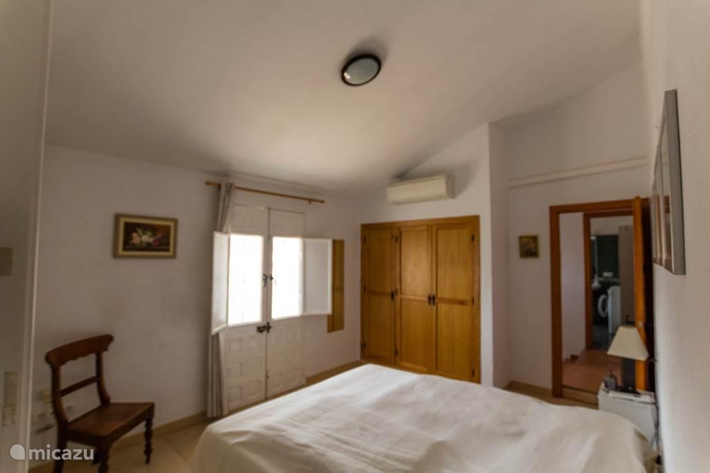 Grote slaapkamer met badkamer ensuite