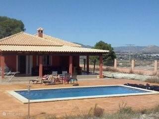 Dit is ons huis aan de voorkant. Heerlijk terras met prive zwembad waar je bijvoorbeeld in de ochtend ontbijtje kan nemen en van het uitzicht kan genieten.
