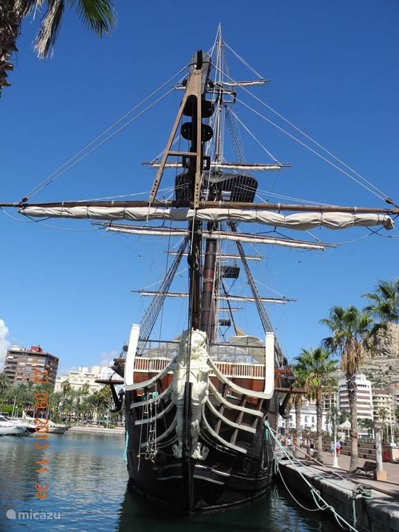Je kijkt je ogen uit in de jachthaven van Alicante.