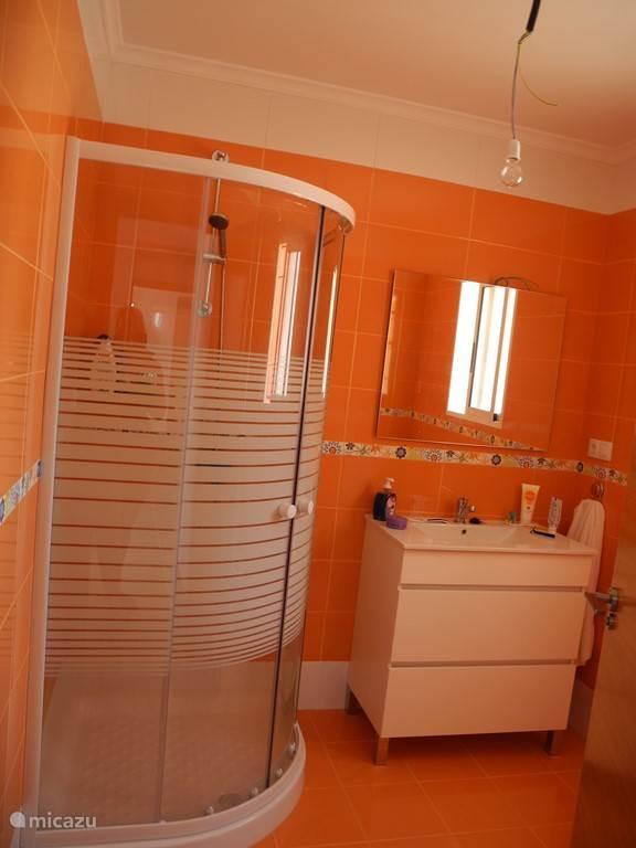 Dit is de oranje badkamer.
