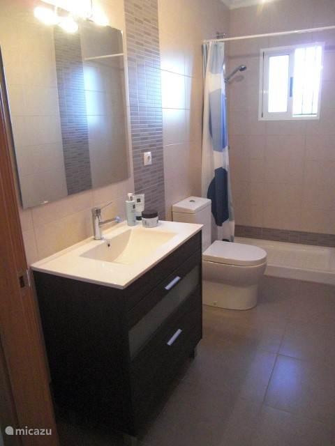 dit is de tweede moderne ingerichte badkamer.