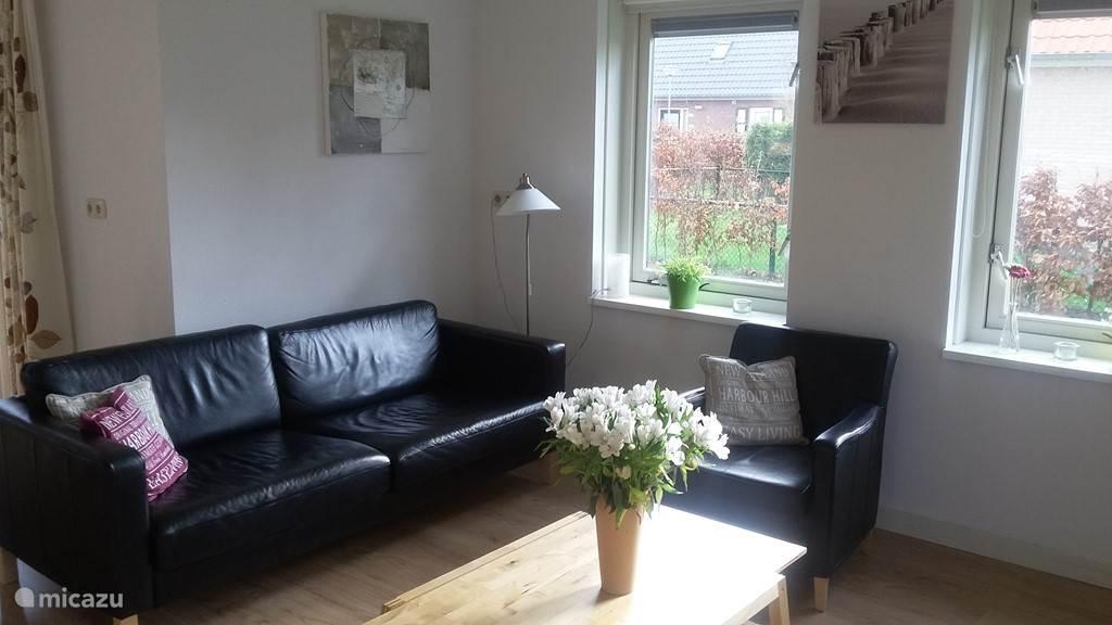 ruime woonkamer met 6 zitplaatsen