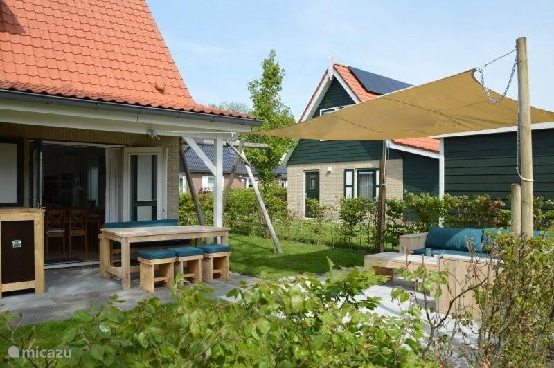 overdekt terras + lounge terras met schaduwdoek,  schommel