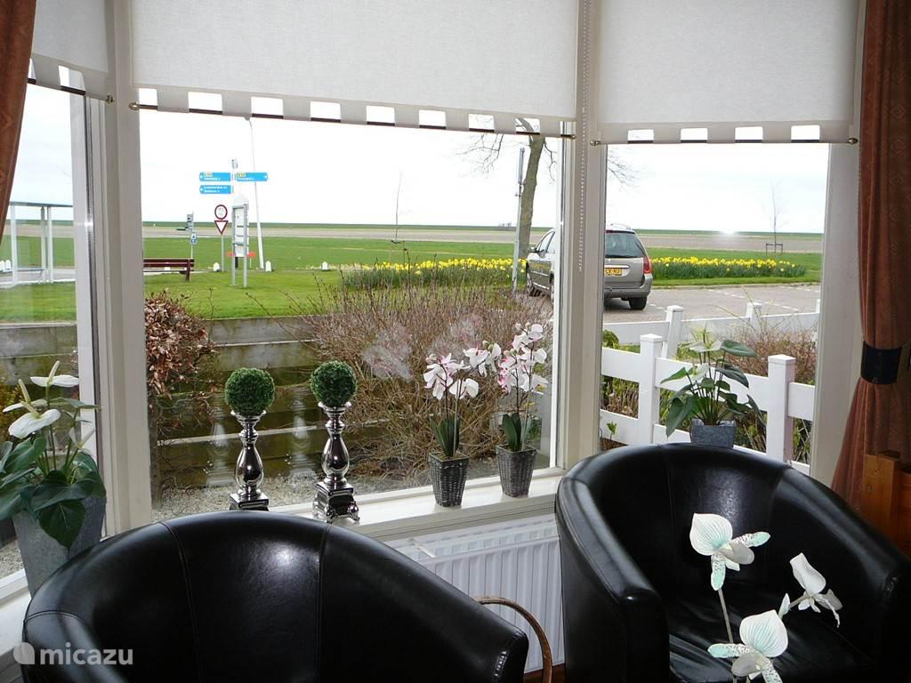Uitzicht vanaf het zitje voor het raam.