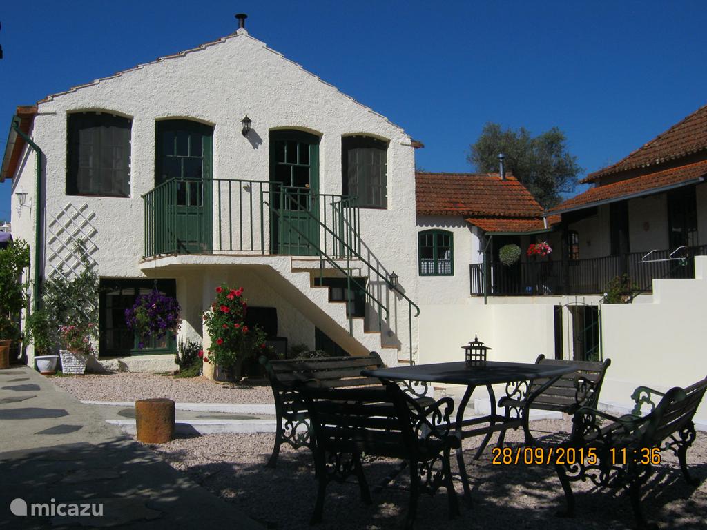 Het gastenverblijf heeft op de begane grond de woonkamer met keuken en op de bovenverdieping 2 slaapkamers met elk een eigen ingang