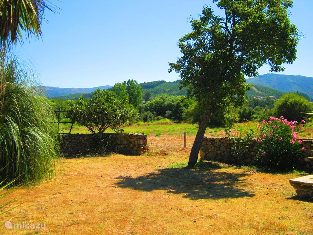 Foto van de tuin met fantastisch uitzicht.