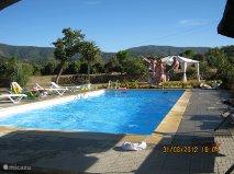 De boerderij heeft een groot onverwarmd eigen zwembad. Rondom is een terras met aangrenzend verscheidene borders en een groot (speel) veld.