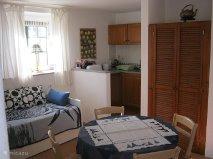 De woonkamer annex keuken is van alle gemakken voorzien en heeft bovendien een eigen badkamer.