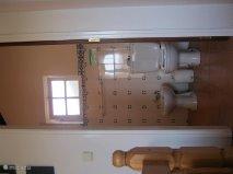 alle badkamers zijn identiek en hebben een toilet, bidet, wastafel en douche. De tegels aan de muren zijn origineel en typisch voor deze regio.