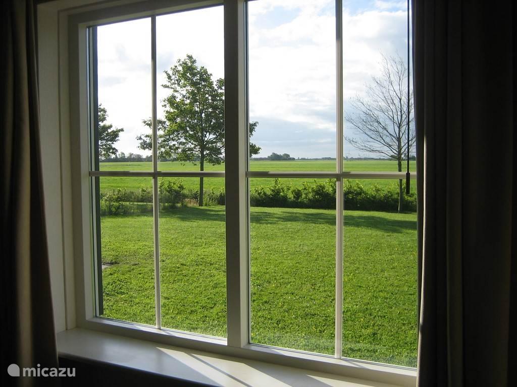 Uitzicht uit het raam aan de tuinkant