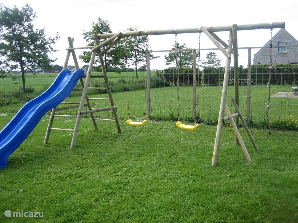 Het prive speeltoestel in de tuin