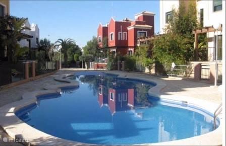Het gezamenlijk zwembad voor de deur is een paradijs voor groot en klein.