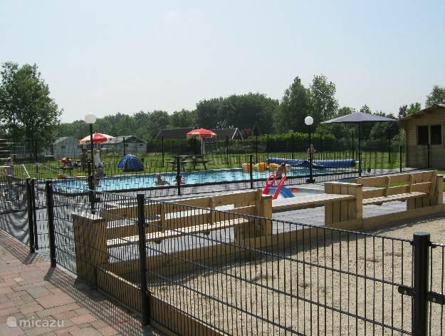 Het buitenzwembad op het park