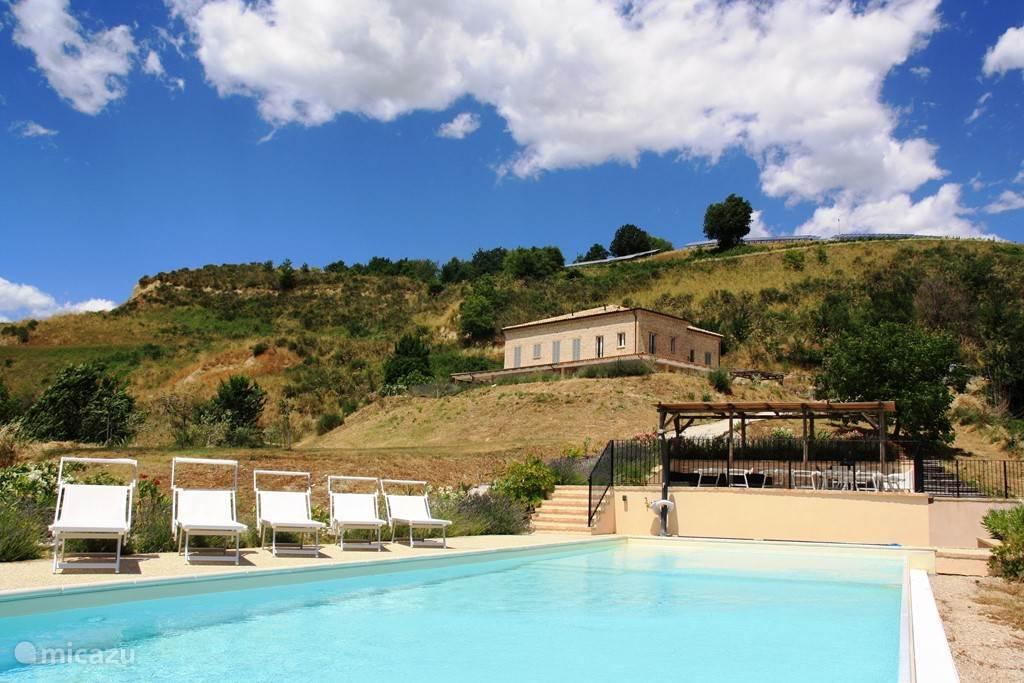 Zicht vanaf het zwembad op de Villa Monte Calvo