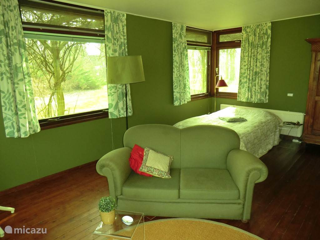 Grote slaap/tuin/studeerkamer met 2-persoonsbed (140x200) en zitje