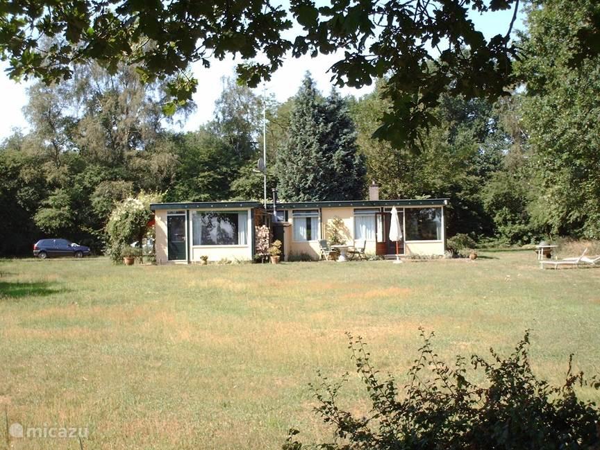 Achteraanzicht van het huis met terras