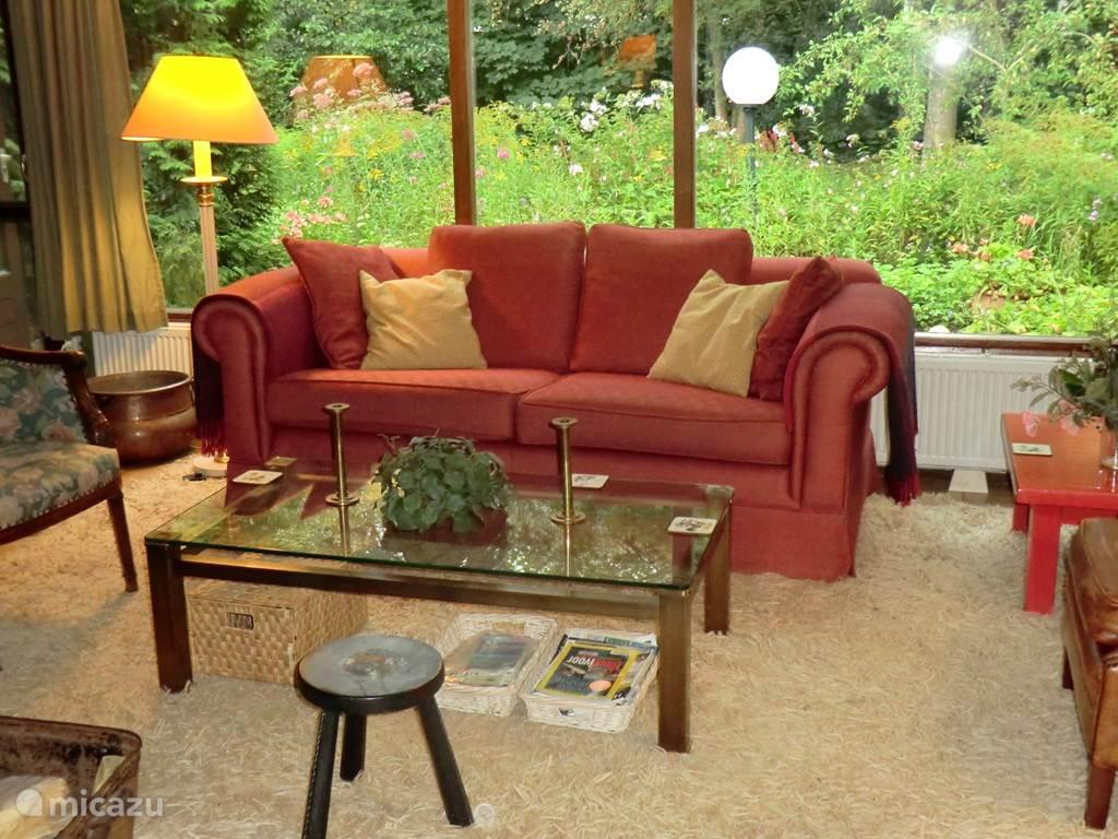 Woonkamer met comfortabele bank en stoelen