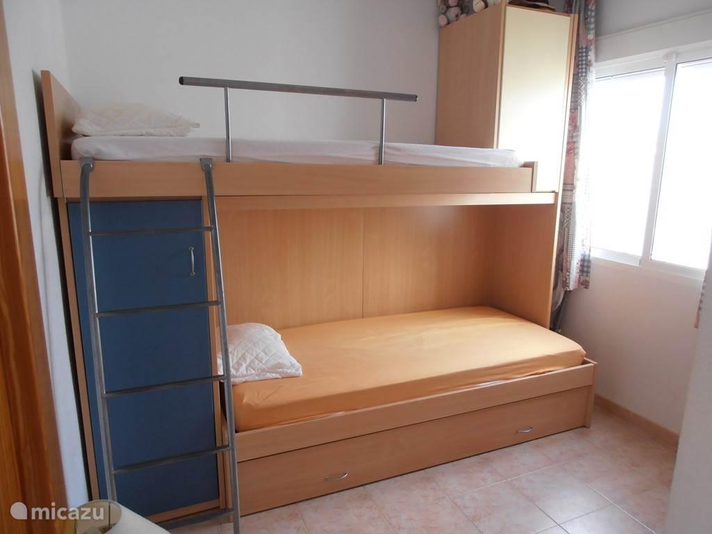 Kleine slaapkamer met 3 slaapplaatsen.