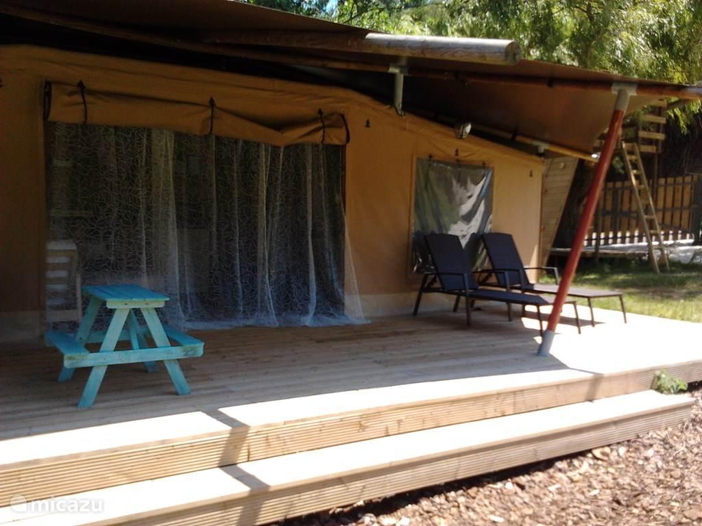 Ruim terras voor de tent Casa Ohashi.