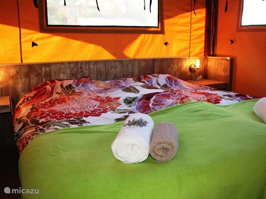 Slaapkamer met ruim tweepersoonsbed (180x200cm) (evt uit elkaar te zetten),