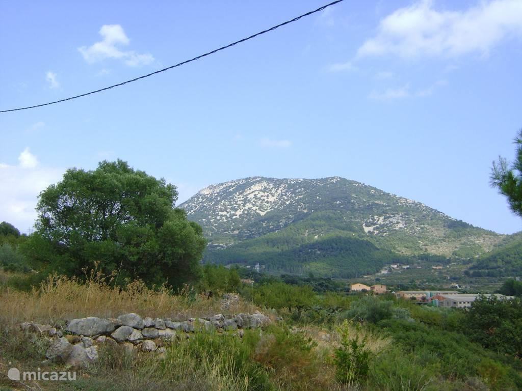 Deze berg beheerst het uitzicht vanuit ons huisje