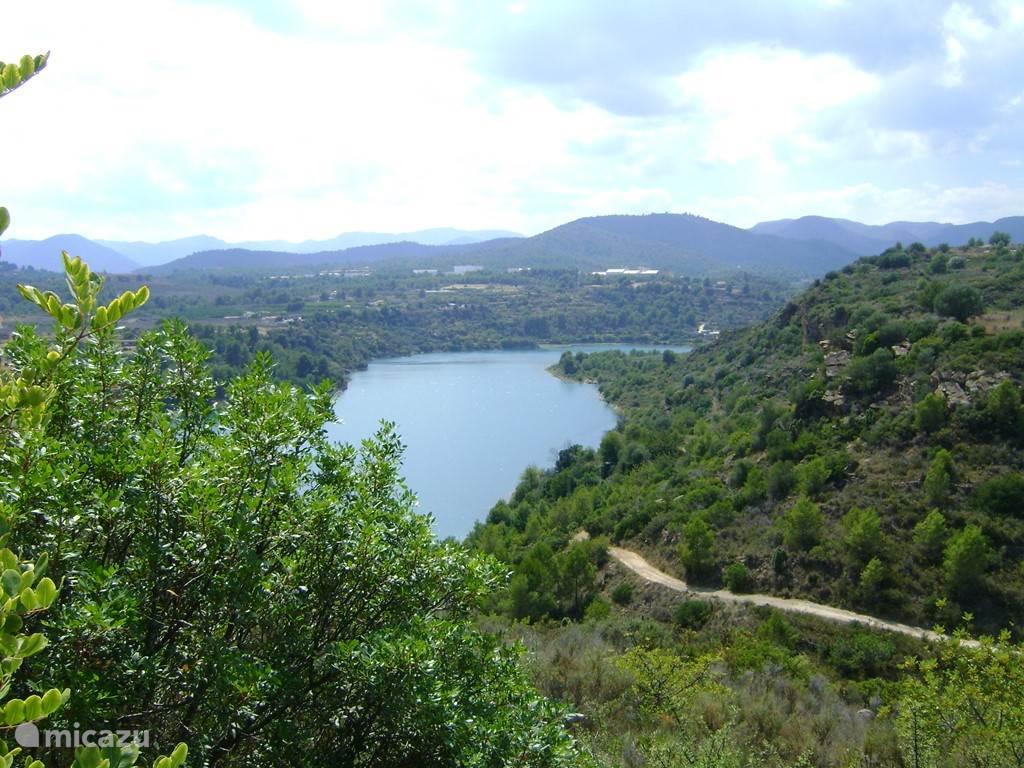 dit meer is gelegen op een halfuurtje rijden