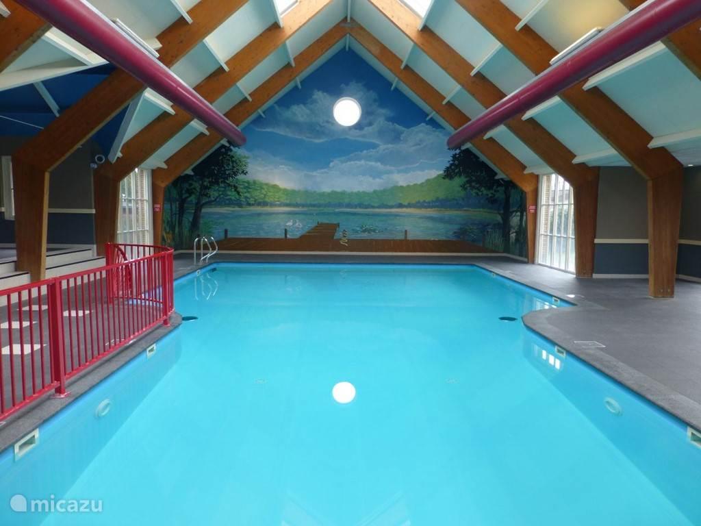 Overdekt zwembad.