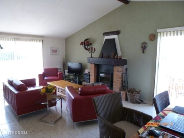 Huiskamer met insert houtkachel,(vloerverwarming)