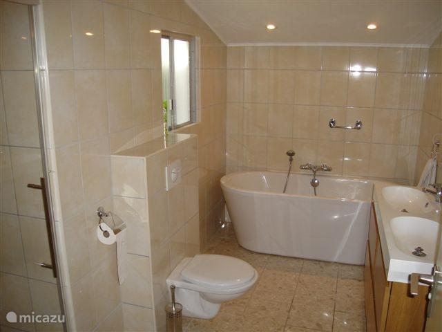 Badkamer met aparte douche.
