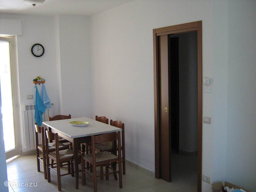 Kitchen with table for 6 persons and access to the terrace