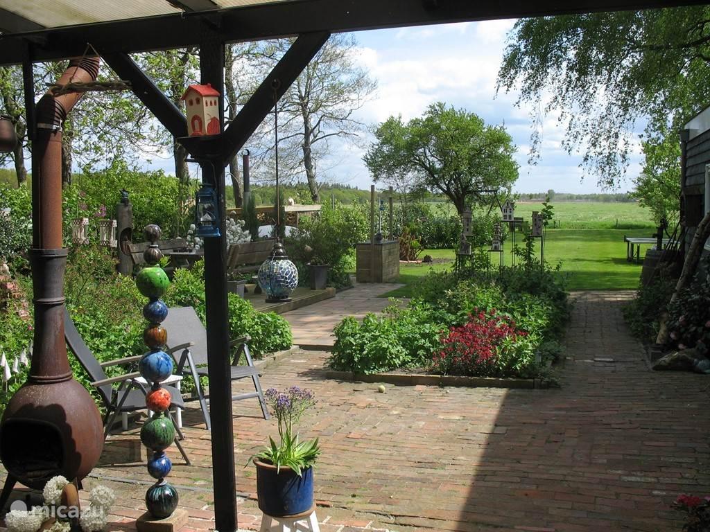 zicht op de tuin en het weiland vanuit de woonkeuken