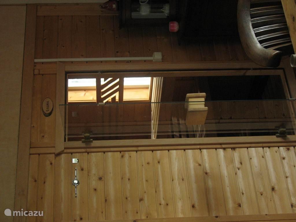 ingang van de sauna waar u heerlijk kunt ontspannen