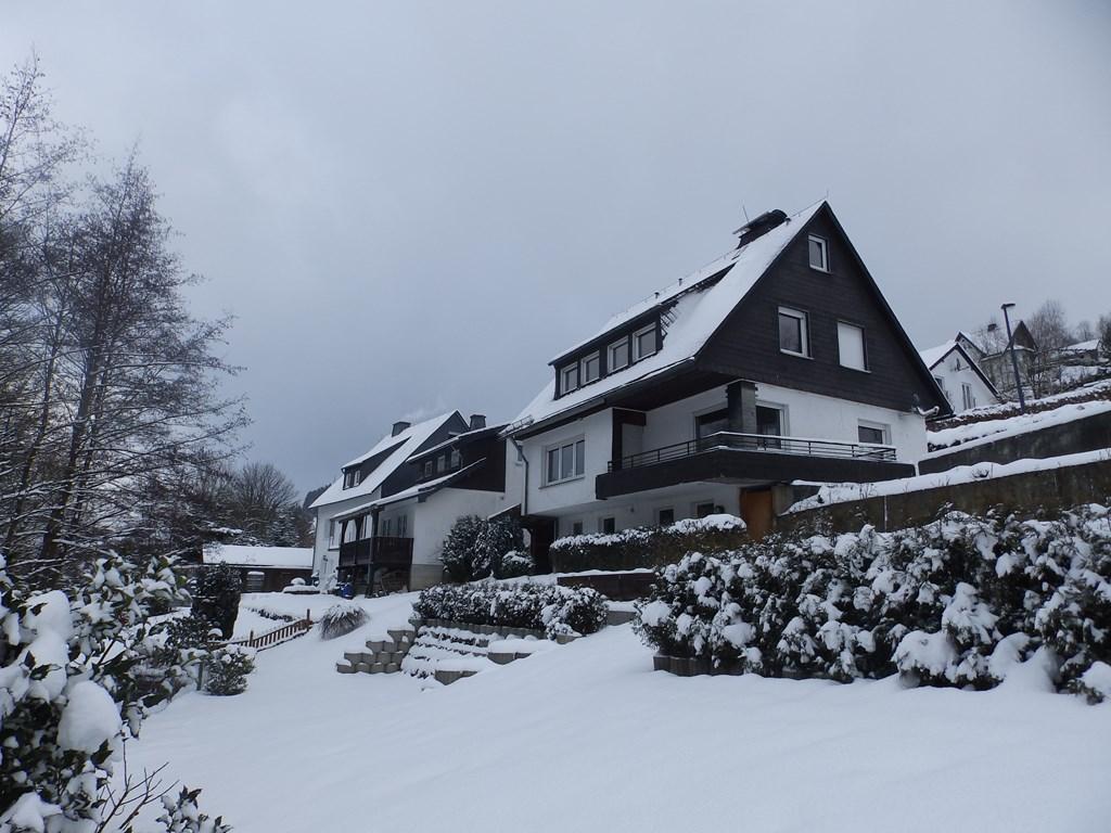 Nog naar de sneeuw bij Winterberg? Luxe Sauerland Panorama Vakantiehuis -voor max 11 personen- geeft 10% korting op verblijf vanaf 4 nachten. Welkom!