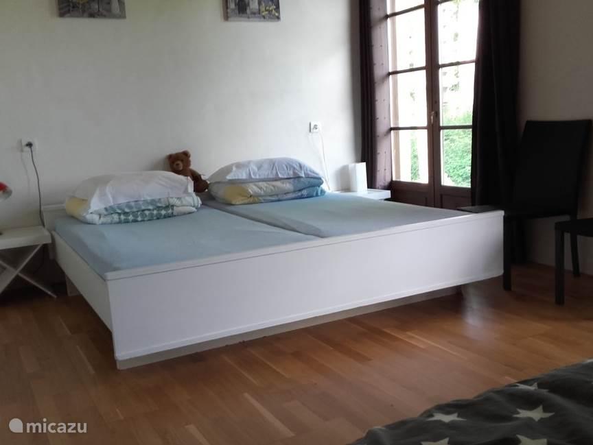 In deze slaapkamer staat een 2 persoons bed (2x90 x 1,90) en een 1-persoons bed (2.00mx0.90m)