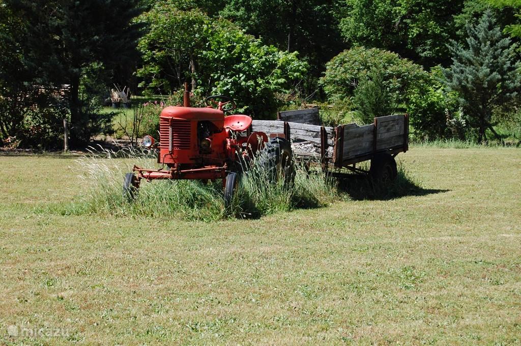 In de tuin staat een oude tractor