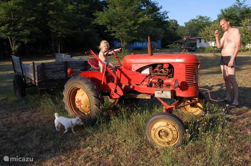 Op de tractor, in de tuin van Bungalow Tilbourg