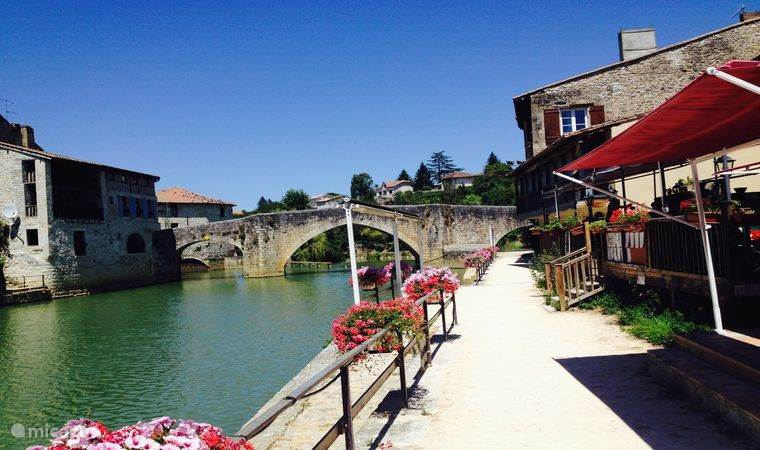 Haventje van Nerac met gezellige restaurantjes aan het water