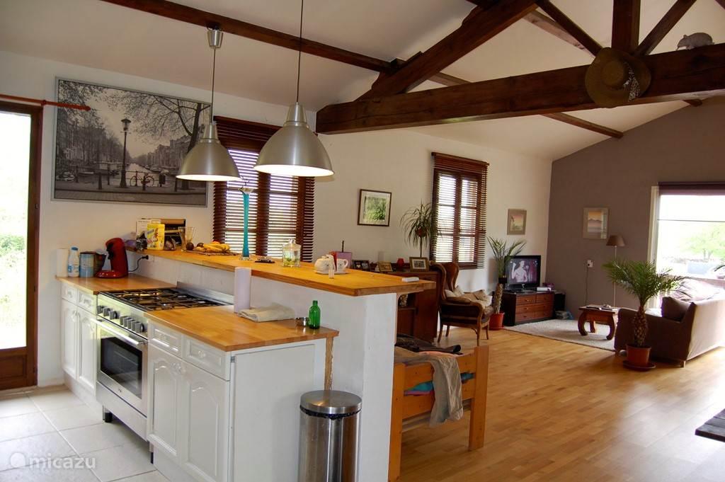 De open keuken en het 5-pits gasfornuis met grote elektrische oven.